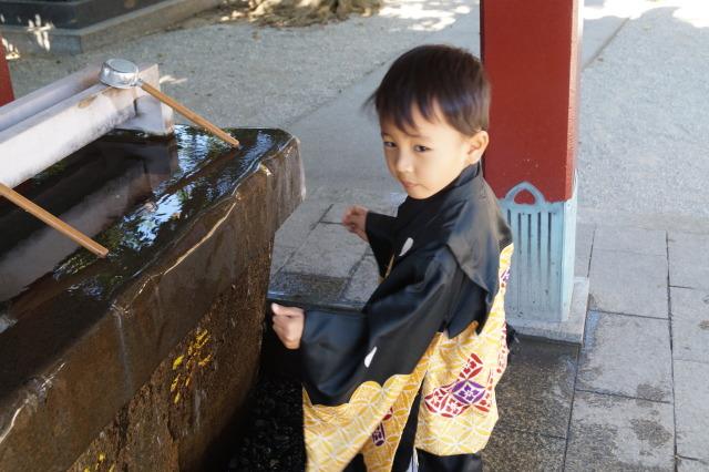 沖繩 波上宮 男孩洗手