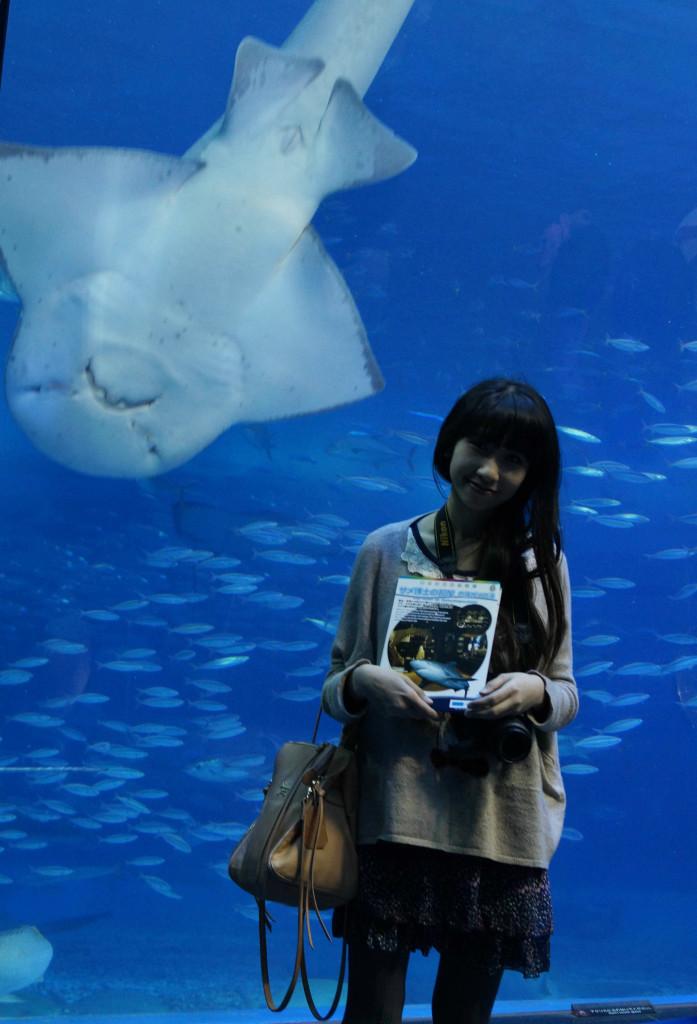 沖繩美麗海水族館 與扁平魚合照