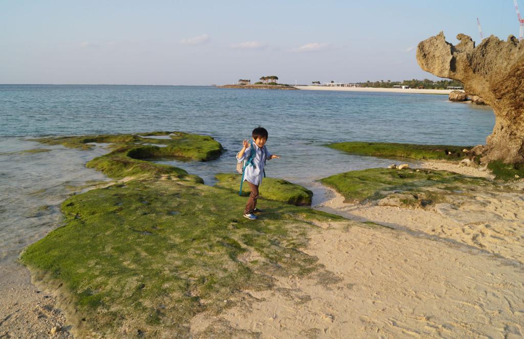 沖繩美麗海水族館 海灘玩耍的男孩
