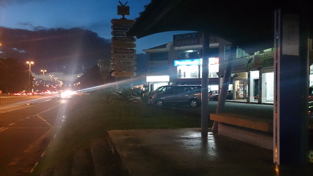 汶萊 斯里巴加灣 夜晚的巴士站