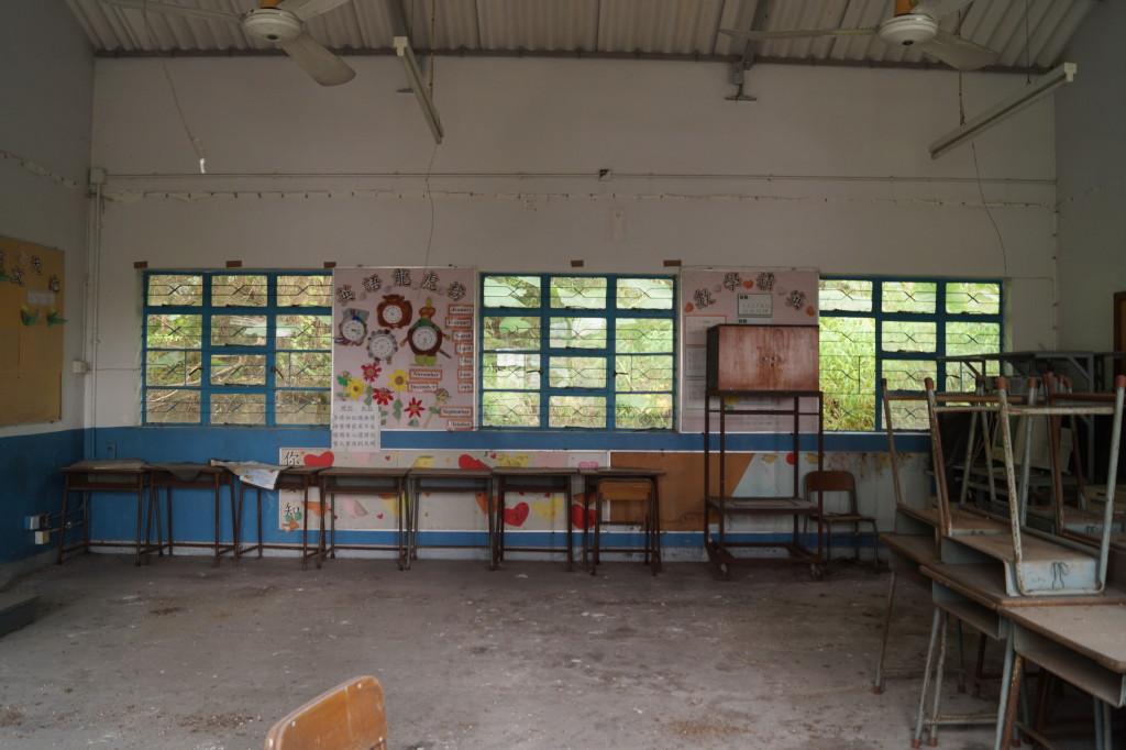 東涌砲台與逸東邨東涌公立學校廢棄班房